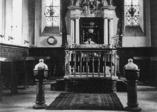 Altes Foto der Schweicher Synagoge von außen und innen mit Blick auf das Vorlesepult (Almemor) und den Toraschrein (Aaron ha-Kodesch).